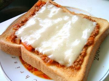 作り置きのミートソースで作る!簡単ピザトースト