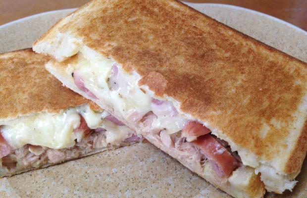 ツナとソーセージとチーズのホットサンドの作り方